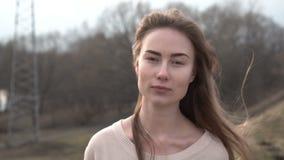 Porträt der attraktiven lächelnden kaukasischen Ethnie-Frau in der städtischen Umwelt stock video