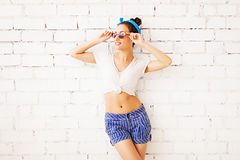 Porträt der attraktiven netten jungen Frau herein Stockbilder