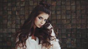Porträt der attraktiven wehmütigen Brunettefrau mit hellem smokey mustert Make-up stock video footage