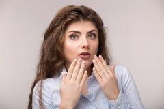 Porträt der aufgeregten jungen Frau mit Handgeste lizenzfreies stockfoto