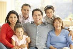 Porträt der ausgedehnten hispanischen Familie, die sich zu Hause entspannt Stockfotografie