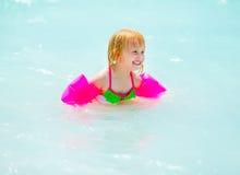 Porträt der Babyschwimmens im Meer Stockfotos
