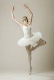 Porträt der Ballerina in der Balletthaltung lizenzfreie stockfotos