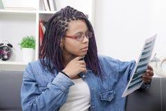 Porträt der Berufsfrauenlesung lizenzfreie stockfotografie
