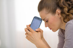 Porträt der betonten jungen Frau mit Handy lizenzfreie stockfotos