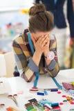 Porträt der betonten Schneiderfrau bei der Arbeit Stockfotografie