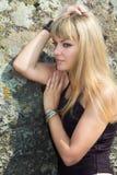 Porträt der blauäugigen Blondine auf einer Hintergrundbeschaffenheit Lizenzfreie Stockfotografie
