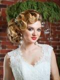 Porträt der blonden Braut im Innenraum Stockfoto