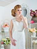 Porträt der blonden Braut im Innenraum Lizenzfreies Stockfoto