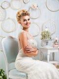 Porträt der blonden Braut im Innenraum Stockbilder