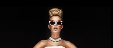 Porträt der blonden eleganten Frau stockfotografie