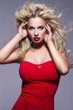 Porträt der blonden Frau der Schönheit mit den roten Lippen Lizenzfreies Stockfoto