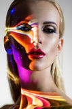Porträt der blonden Frau mit glänzenden Lichtern auf Gesicht stockbild