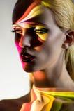 Porträt der blonden Frau mit glänzenden Lichtern auf Gesicht stockbilder