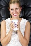 Porträt der blonden Frau weiße Schale halten Stockfoto
