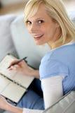 Porträt der blonden Frau zu Hause Stockbilder