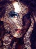 Porträt der blonden jungen Frau der Schönheit durch schwarzen Spitzeabschluß oben Stockfotografie