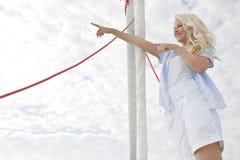 Porträt der blonden schönen jungen Frau auf Segelboot. Lizenzfreie Stockbilder