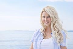 Porträt der blonden schönen jungen Frau auf Segelboot. Stockbilder