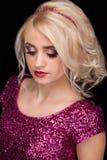Porträt der Blondine auf einem schwarzen Hintergrund Stockfoto
