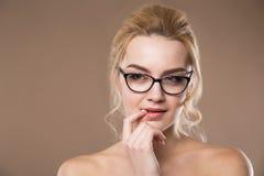Porträt der Blondine mit einem Finger nahe Lippen Lizenzfreie Stockbilder