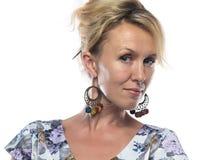 Porträt der Blondine mit großen Ohrringen Lizenzfreie Stockfotografie