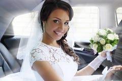 Porträt der Braut im Auto lizenzfreies stockfoto