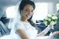Porträt der Braut im Auto, abgetönt lizenzfreie stockfotos