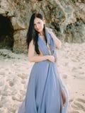 Porträt der Braut im blauen Hochzeitskleid am Strand mit Sonnenuntergang- oder Sonnenaufgangfarben Blonde Frau des Art und Weiseb Lizenzfreie Stockbilder