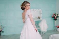 Porträt der Braut im Blumendekor, Studiofoto Schönes Brautporträt-Hochzeitsmake-up und Frisur, Modebraut-Modell jewelr Lizenzfreie Stockfotos