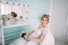 Porträt der Braut im Blumendekor, Studiofoto Schönes Brautporträt-Hochzeitsmake-up und Frisur, Modebraut-Modell jewelr Stockfotos