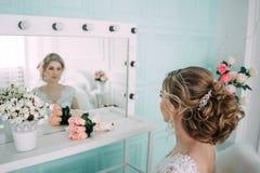 Porträt der Braut im Blumendekor, Studiofoto Schönes Brautporträt-Hochzeitsmake-up und Frisur, Modebraut-Modell jewelr Lizenzfreies Stockfoto