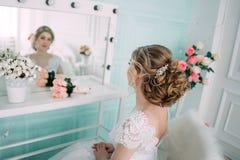 Porträt der Braut im Blumendekor, Studiofoto Schönes Brautporträt-Hochzeitsmake-up und Frisur, Modebraut-Modell jewelr Lizenzfreie Stockfotografie