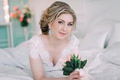 Porträt der Braut im Blumendekor, Studiofoto Schönes Brautporträt-Hochzeitsmake-up und Frisur, Modebraut-Modell jewelr Lizenzfreies Stockbild