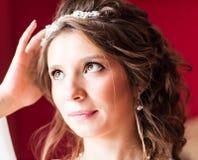 Porträt der Braut mit Modehochzeitsfrisur und -Tiara Lizenzfreies Stockfoto