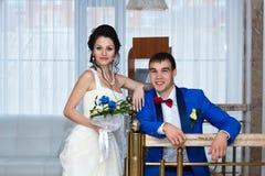Porträt der Braut und des Bräutigams an ihrer Hochzeit, zuhause stockfotografie
