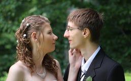 Porträt der Braut und des Bräutigams im Sommer parken Lizenzfreie Stockfotografie