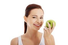 Porträt der Brunettefrau einen Apfel halten Lizenzfreies Stockbild