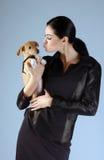 Porträt der Brunettefrau mit Hund Stockbilder