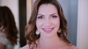 Porträt der Brunetteschönheit Kamera und das Lächeln betrachtend Attraktive Mädchen Winks, flirtend mit jemand stock video footage