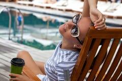 Porträt der Brunetteschönheit Tag im Urlaub entspannend Lizenzfreie Stockfotografie