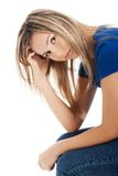 Porträt der deprimierten Frau ihren Kopf verkratzend Lizenzfreies Stockbild