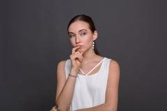 Porträt der durchdachten Frau mit mysteriösem Blick Stockfoto