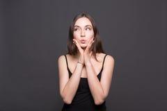 Porträt der durchdachten Frau mit mysteriösem Blick Lizenzfreie Stockfotografie