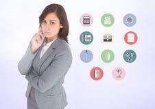 Porträt der durchdachten Geschäftsfrau mit verschiedenen Anwendungen stockfotografie