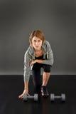 Porträt der Eignungsfrau mit Gewichten Lizenzfreies Stockfoto
