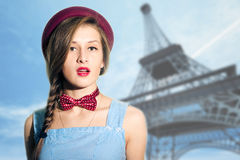 Porträt der eleganten Frau über unscharfem Paris Lizenzfreies Stockfoto