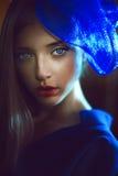 Porträt der eleganten Frau mit blauem Hut im Marinekleid Stockfotos