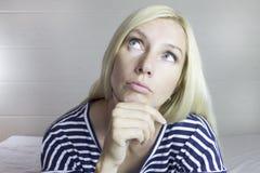 Porträt der emotionalen durchdachten schönen netten blonden Frau, hellgrauer Hintergrund Young Dame mit dem Haar der langfristige lizenzfreies stockfoto