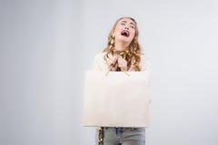 Porträt der emotionalen Frau mit Einkaufstaschen Stockfotos